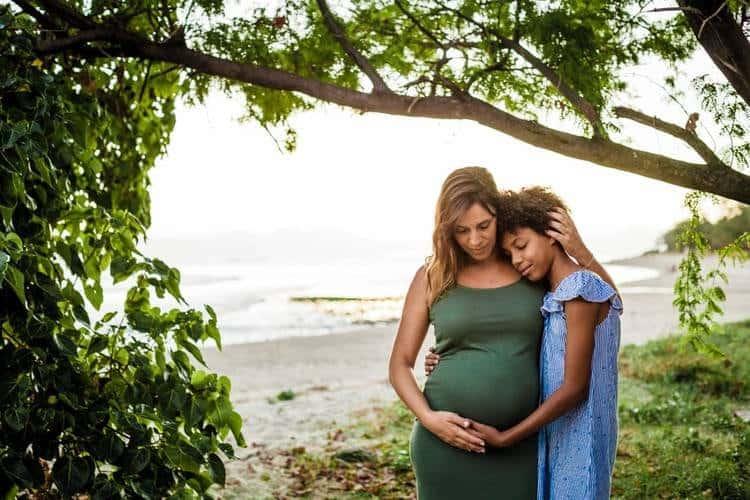 Séance photo grossesse lifestyle sur la plage974 Réunion