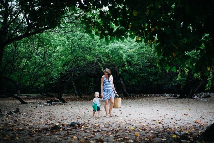 maman et bébé dans la forêt