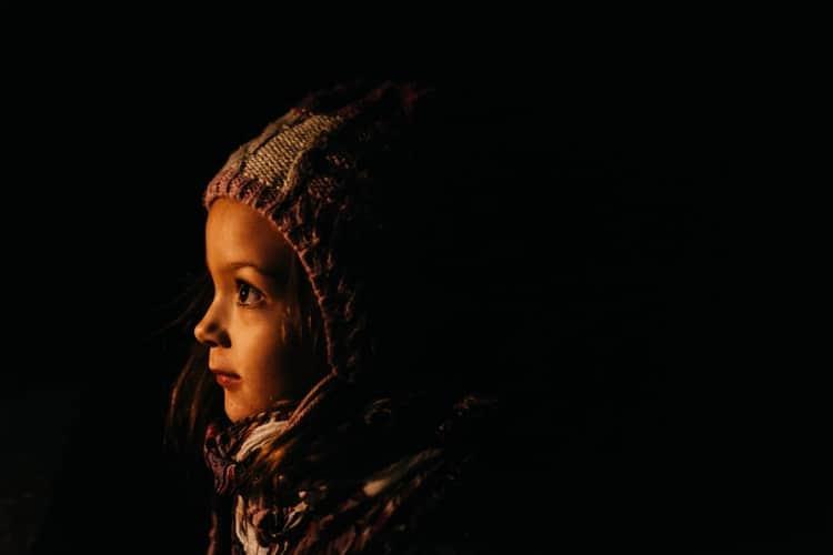 portrait clair obscur de petite fille